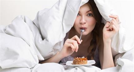 5 ēdieni, kurus ēst pirms gulētiešanas (un 5 ēdieni, no kuriem ieteicams izvairīties)